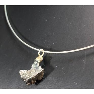 Colgante de meteorito metálico